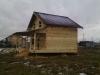 Крыша дома двускатная, покрыта металлочерепицей. В доме установлены черновой пол и потолок — подготовка к утеплению.