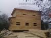 Дом полностью срублен и установлен под временную кровлю